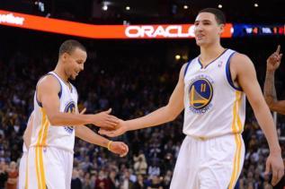 Stephen Curry (à gauche) pense à saluer un de ses coéquipiers