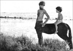 Laurent Terzieff en centaure, Chiron, le maître du jeune Jason, dans Médée (1970)