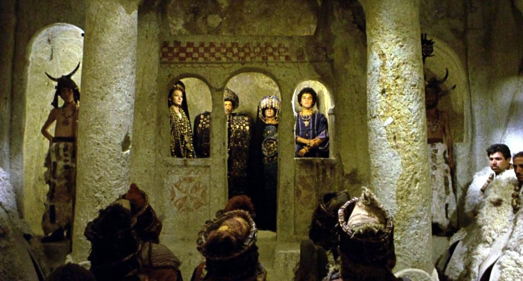La famille royale de Colchide lors du rituel du sacrifice humain (Médée, 1970)