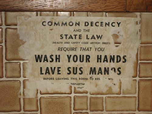 """""""La décence ordinaire et la loi de l'État requièrent que vous laviez vos mains avant de quitter cette pièce pour reprendre le travail"""""""