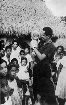 220px-Camilo_Torres_con_campesinos_colombianos (1)