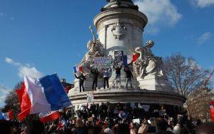 706643-drapeau-tricolore-brandi-par-les-participants-a-la-marche-republicaine-le-11-janvier-2015-a-paris
