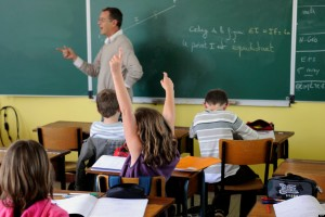 Un professeur du collège de Tinténiac, au nord de Rennes, dispense son cours à des élèves. On espère que ceci ne deviendra pas une image d'archive. © AFP/Damien Meyer