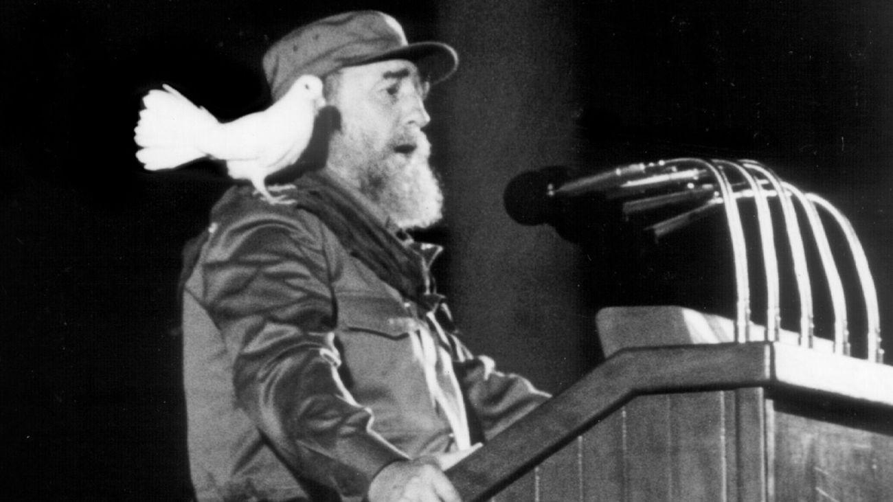 fidel-castro-une-colombe-sur-l-epaule-lors-d-un-discours-fait-a-la-jeunesse-le-8-janvier-1989-a-la-havane_5753069.jpg