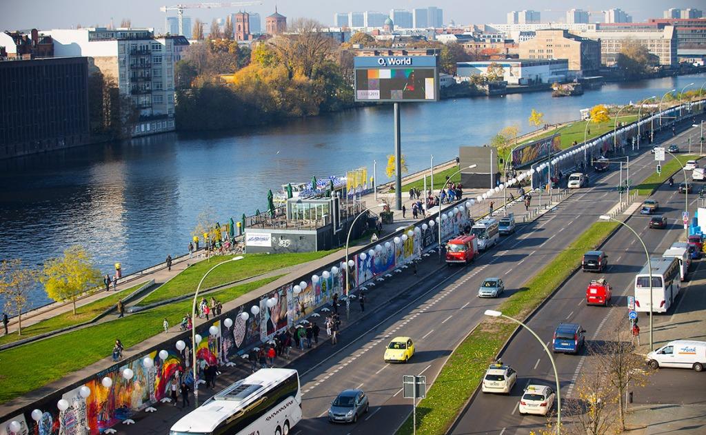 berlin-wall-balloons